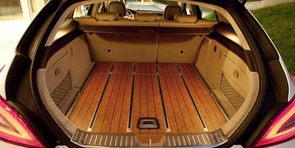 DYR KVADRATMETER: Har du penger nok kan du velge å få lagt amerikansk cherrywood i bagasjerommet. Praktisk, men totalt unødvendig. Pris: 44 000 kroner. FOTO: Mercedes-Benz