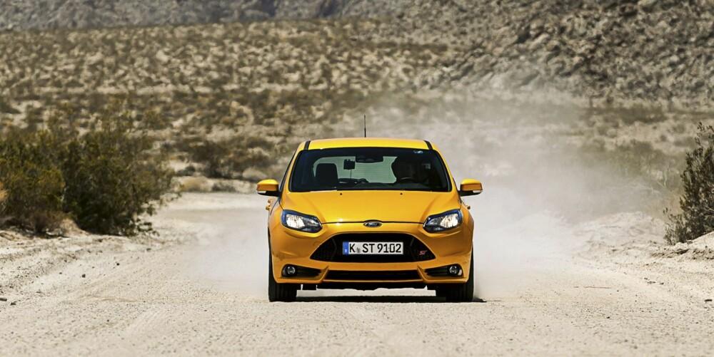 STØV: Et stort landskap, en liten oransje bil full av energi, drikke og kameraobjektiver - og tørket kjøtt.