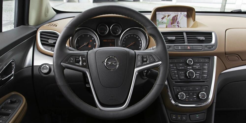 TYPISK OPEL: Mokka gir som Opeler flest et solid inntrykk innvendig. Men, det er fortsatt ganske mange knapper å rote seg bort i. FOTO: Gerhard Graef