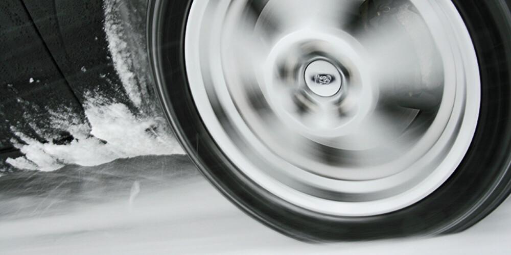 FIRE HÅNDFLATER: Så liten er kontaktflaten mellom bil og underlag. Da sier det seg selv at dekkets egenskaper er ekstremt viktige.