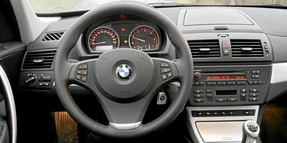 NØKTERN: Det er ryddig på førerplass i BMW X3, men ikke spesielt påkostet rent utseendemessig. FOTO: Terje Bjørnsen