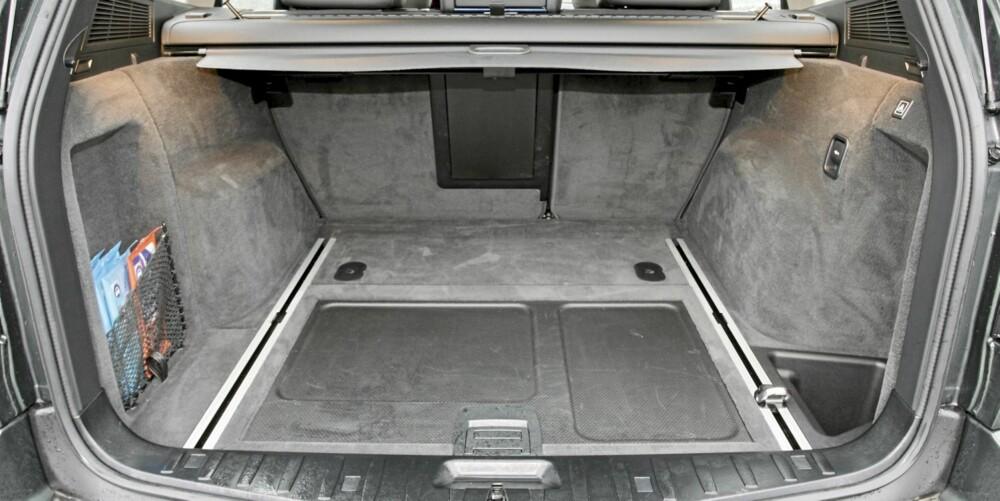 SUV-PLASS: Bagasjerommet på BMW X3 er ganske SUV-typisk: Relativt kort, men med god høyde. FOTO: Terje Bjørnsen