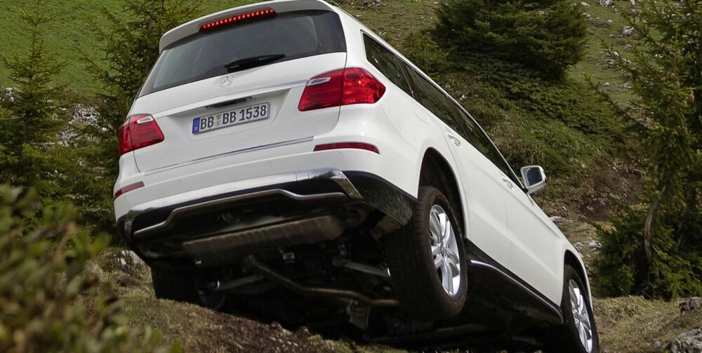 OFF-ROAD: ON&OFFROAD-pakken (ekstrautstyr) gir giganten visse egenskaper i terrenget. FOTO: Daimler AG