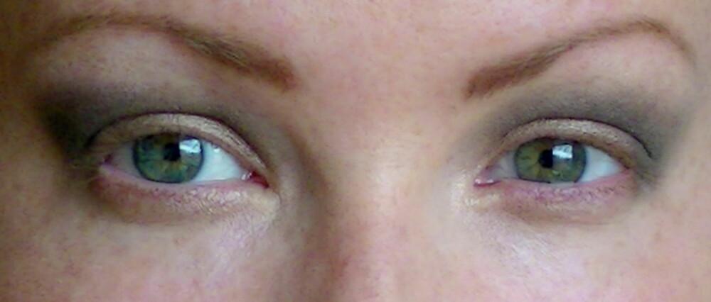 FEIL OG RIKTIG ØYESKYGGE I GLOBAL: Til venstre er skyggen lagt for hardt og vingete. Kanten opp mot brynet er nesten vannrett, og tar altfor mye fokus. Til høyre følger skyggen øyets naturlige form, og ser mer flatterende ut.