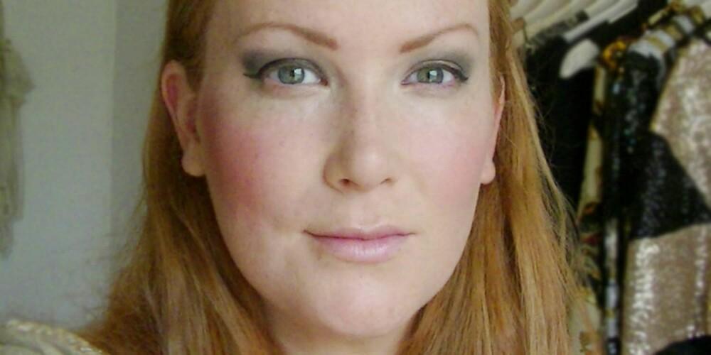 FEIL OG RIKTIG: De vanligste feilene ser du til venstre: feil form på øyeskyggen, for bred og brutal eyeliner og for bred og hard rouge. Til høyre ser du hvordan det bør se ut...