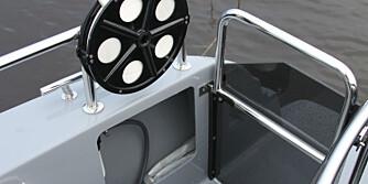 SMART: Enkel port som holder bølgene ute og god stuveplass i skrogsiden på akterdekket bidrar til et praktisk akterdekk. FOTO: Terje Haugen