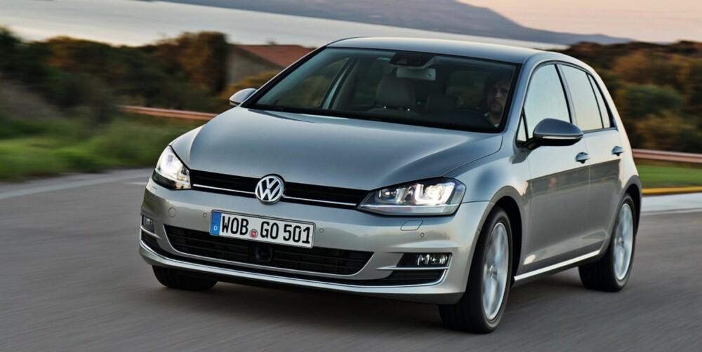 VW GOLF VII : Klasse: Kompaktklassen. Pris fra: 225 900,- Motorer: Bensin, diesel, hybrid, el. Girkasse: Manuell, automat. Mål (L/B/H): 4225/1790/1452 mm. Bag.rom: 380/1270. Egenvekt uten fører: Fra 1205 kg. FOTO: VW