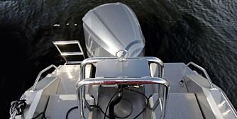 PRAKTISK: Solid bøyle med vannskikrok og bred passasje på begge sider. Forsterkninger gjør at SuperMagnum tåler 300 hk. FOTO: Egil Nordlien, HM Foto