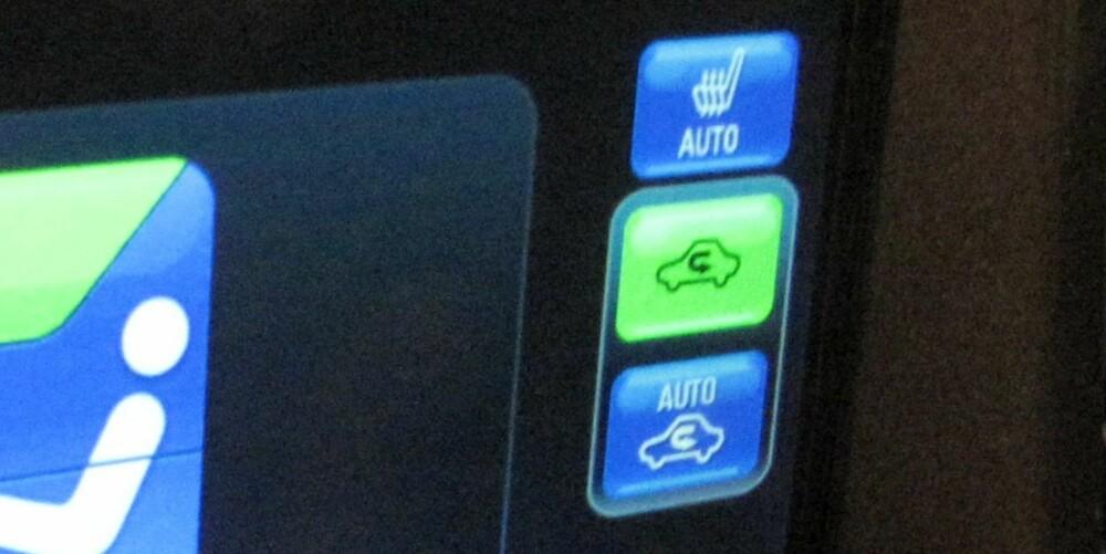 SMART: På kalde dager kan det være lurt å trykke inn knappen som resirkulerer luften i kupeen (knapp til høyre som lyser grønt) for å varme opp kupeen raskest mulig. Men ikke ha den på for lenge. FOTO: Martin Jansen