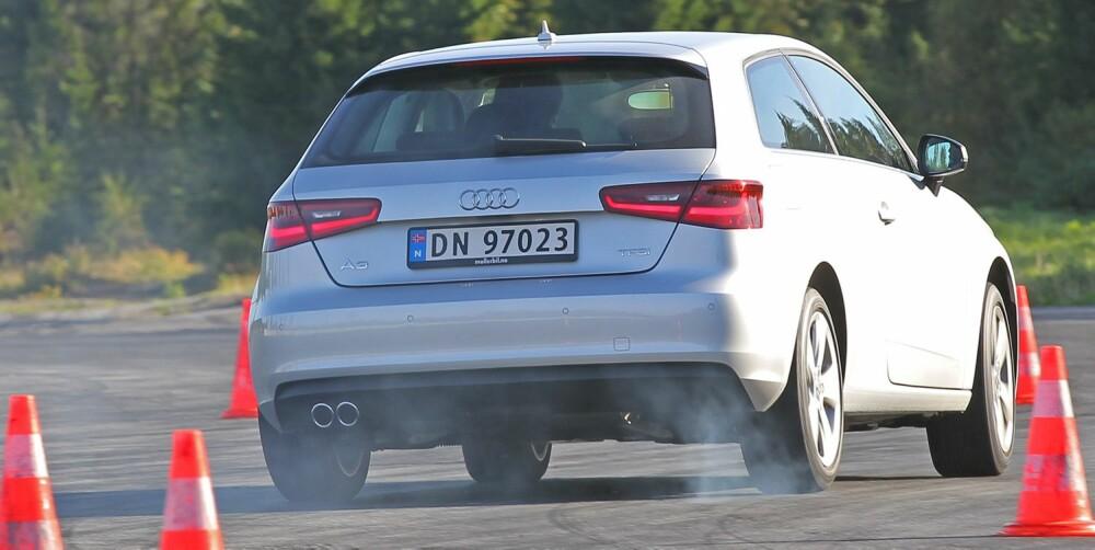 ELGTEST: Unnamanøvertesten kartlegger bilenes egenskaper i pressede situasjoner og setter sikkerhetsutstyr som ESP på prøve.