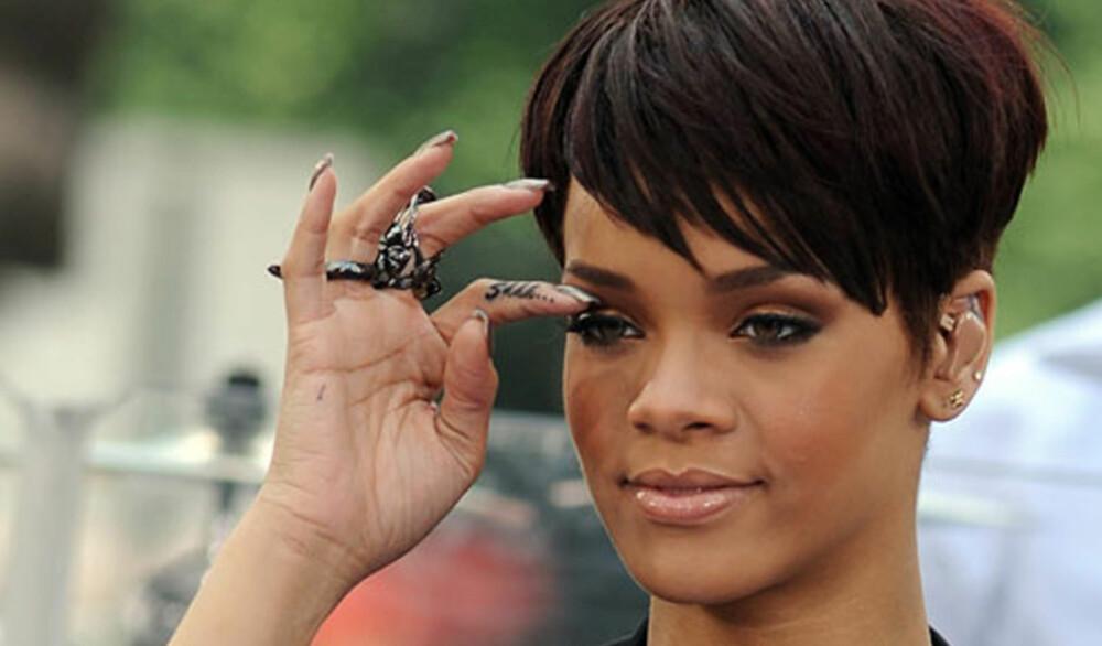 """VÆR STILLE: Rhiannas finger er dekorert med ordet: """"Shhhhh""""."""