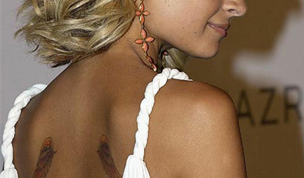 ENGLEVINGER: Nicole Richie har også flere tatoveringer. Blant annet disse vingene på ryggen.