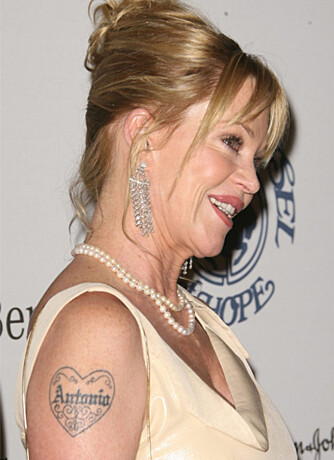 TRUE LOVE: Melanie Griffith har inket navnet til sin elskede Antonio (Banderas) på armen.