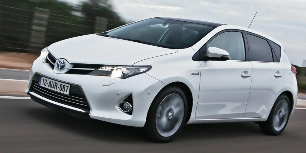BARSKERE: Nye Auris er betydelig barskere enn forgjengeren. Det nye Toyota-fjeset er på plass.