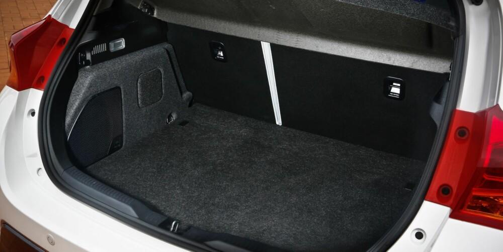 30 % STØRRE: Batteripakken er flyttet fram og ligger nå under baksetet. Det gir 30 prosent mer plass i bagasjerommet, som er liter mindre enn i nye Golf.