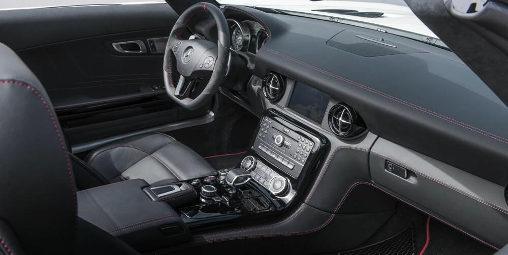 SMÅ ENDRINGER: Inni er dashbordet i karbonfiber byttet ut med pianosvart. FOTO: Daimler AG