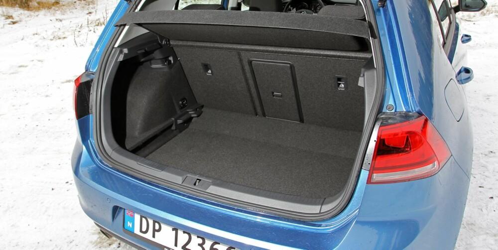 BAGASJE: Bagasjeplassen er oppgitt til 380 liter. Egne målinger viser at VW Golf har mer å rutte med enn de fleste andre kompaktbiler. FOTO: VW