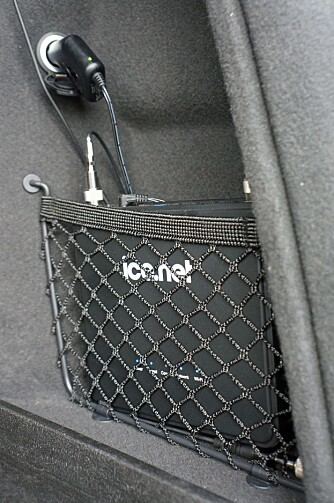 HENDIG: Routeren er av en størrelse som vil passe fint i nettingene mange biler har i bagasjerommet eller bak på forsetene. Eller den kan monteres med borrelås, plasseres under et sete, eller (særlig aktuelt for varebiler) monteres på en brakett. FOTO: Geir Svardal