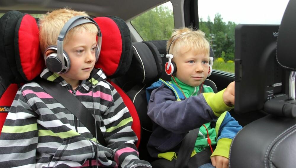PÅ NETT: Med internett via bredbånd kan baksetepassasjerer få enda mer å underholde seg med. FOTO: Petter Handeland