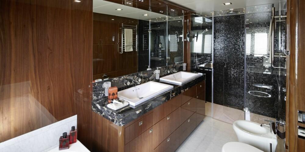 BIDET OG DOBLE VASKER: Det skal ikke skorte på hygienen om bord, hvertfall. Dette er fra badet som er tilknyttet eierkabinen. FOTO: Verft