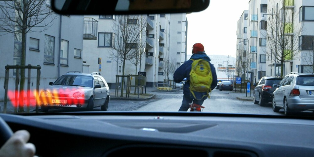 VARSLING: Sjåføren varsles øyeblikkelig dersom syklisten skjener ut i veien. Samtidig slås bremsene automatisk på med full kraft. FOTO: Volvo