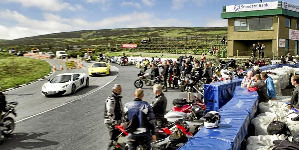 FOLKSOMT: Under TT-løpet på Isle of Man kryr det av motorsyklister over alt.