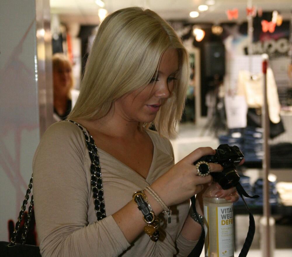 Isabella er sjelden å se uten kameraet, hennes viktigste verktøy som blogger.