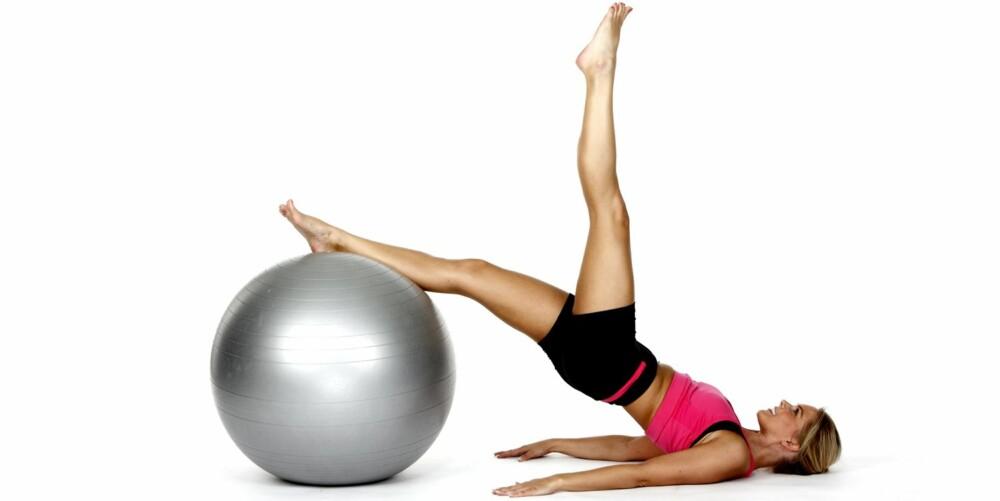 BEKKENLØFT: Ligg på ryggen med begge bein på ballen.