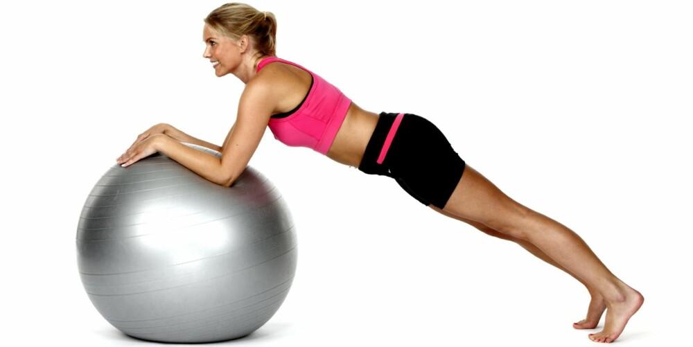 RULLENDE PLANKE: Stå i planken med albuene på ballen.