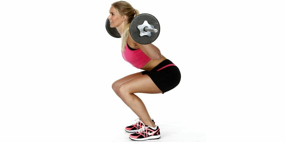 KNEBØY: Hold stangen bak nakken og stå med beina i litt bredere enn skulderbreddes avstand.