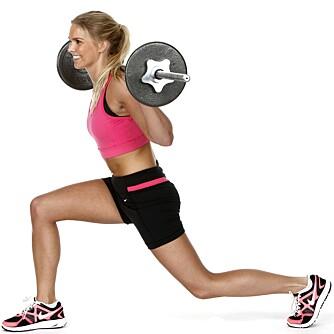 UTFALL: Hold stangen bak nakken og ta et langt skritt fram.