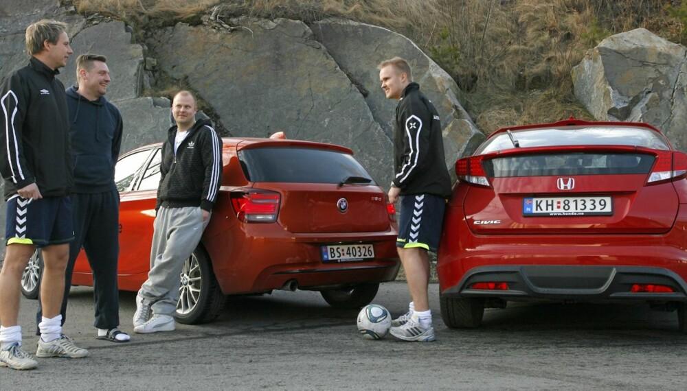FOTBALLKAMP: BMW 1-serie og Honda Civic møtes til en seriøs kamp.