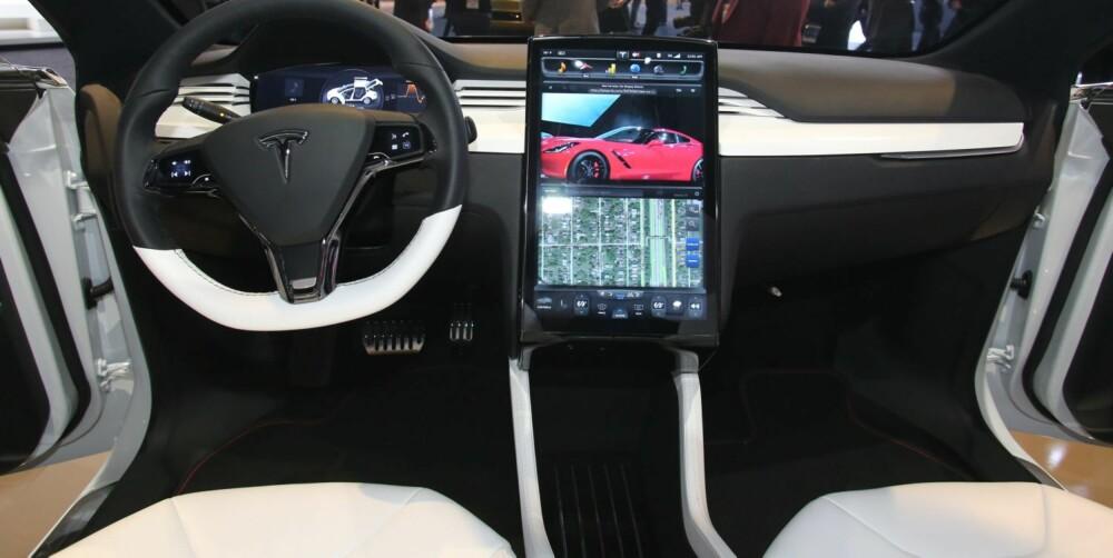 DASHBORD: Som Model S har Model X en 17-tommers berøringsskjerm som dashbord. FOTO: Newspress