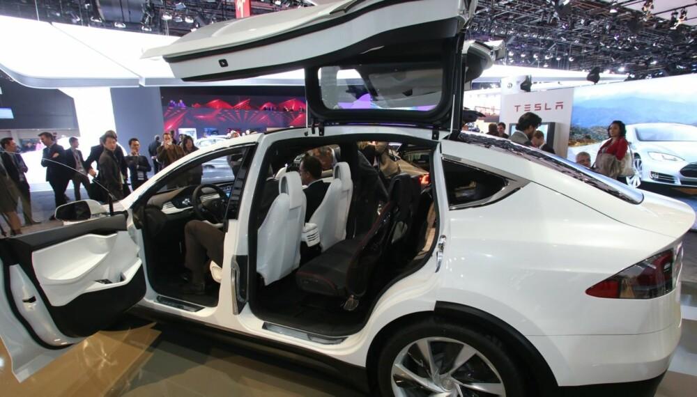 """MÅKEVINGER: Tesla Model X har såkalte """"""""måkevinger"""""""" bak, noe som skal gjøre det lettere å komme inn og ut av seterad to og tre. FOTO: Newspress"""