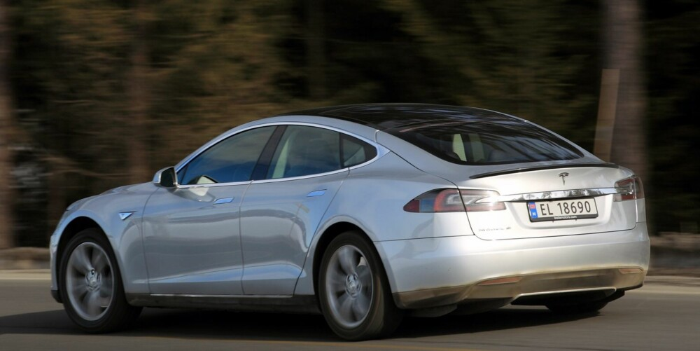 EKSTREMT RASK: I Performance-utgave har Tesla Model S akselerasjon i superbilligaen. 4,6 sekunder tar det ifølge fabrikkens tall fra 0 til 100 km/t. Responsen er rå: Du får svar i samme øyeblikk som du trykker på pedalen. FOTO: Egil Nordlien, HM Foto