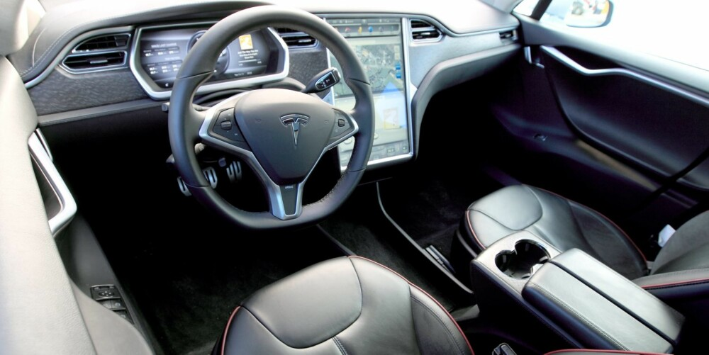 MODERNE: Både den store skjermen og displayene ved rattet gir et høyteknologisk, men likevel brukervennlig inntrykk. Selve materialkvaliteten virket under prøvekjøringen ikke å være på det nivået Tesla sier at bilen skal være: i premiumsegmentet. Det store, åpne rommet under skjermen kunne vært bedre utnyttet som lagringsplass for ulike gjenstander en ofte har med seg. Europa-utgaven får kanskje seter med bedre sidestøtte enn prøvekjøringsbilen. FOTO: Egil Nordlien, HM Foto