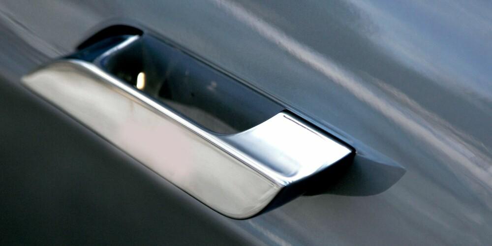 TREKKES INN: Detaljene teller når luftmotstanden skal reduseres. Dørhåndtakene trekkes automatisk inn når bilen ruller i gang. FOTO: Egil Nordlien, HM Foto