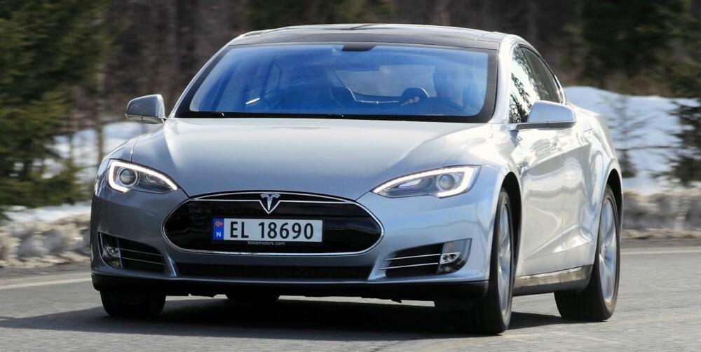 MOTSTRID: Det er ikke mange biler som er bedre i en forbikjøring enn Tesla Model S. Samtidig skal du være forsiktig med gassfoten om du skal komme virkelig langt. Lavt tyngdepunkt er gunstig for håndterbarheten i høy fart, men naturlig nok merkes bilens 2,1 tonn i krappe svinger. FOTO: Egil Nordlien, HM Foto