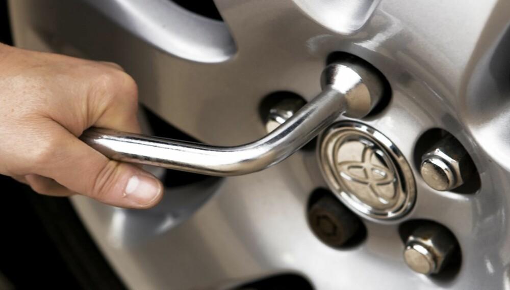 LURT Å SJEKKE: Hjulmutterne bør etterstrammes når du har kjørt rundt 50 kilometer etter at dekkene er lagt om, råder eksperter. FOTO: Martin Kierstein