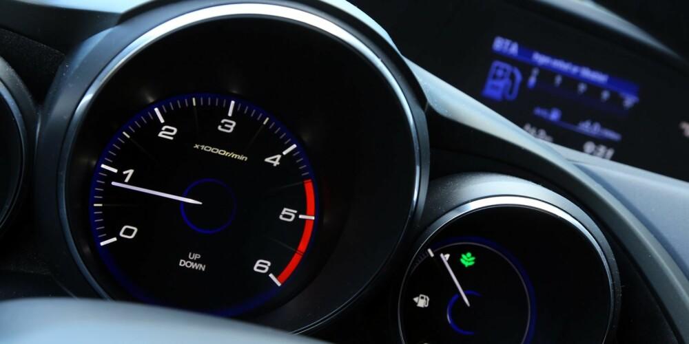 TO ETASJER: Honda Civic har et todelt dashbord, med analoge instrumenter nederst, samt digitalt speedometer og informasjonsskjerm øverst.