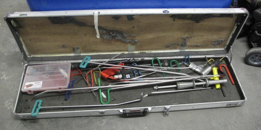 ANNERLEDES VERKTØY: Verktøykassen til en smart repair-utøver inneholder spesiallaget verktøy. FOTO: Geir Svardal
