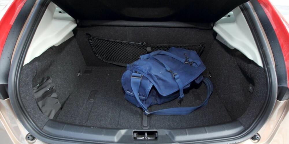 TRANGT: De sportslige, coupéaktige formene utvendig har gått ut over bagasjeplassen. 335 liter er ikke noe å skryte av i dag. I tillegg er lukeåpningen liten. FOTO: Egil Nordlien, HM Foto
