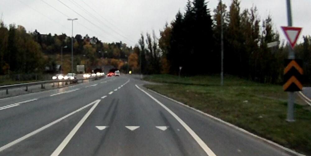 NØDBREMS: Her kan vi se bremsespor fra en nødbrems, du skal tilpasse farten og skaffe deg oversikt slik at dette ikke skjer med deg. Risikoen for å bli påkjørt bakfra er stor hvis du plutselig stopper opp i en slik situasjon. FOTO: Trafikkvideo