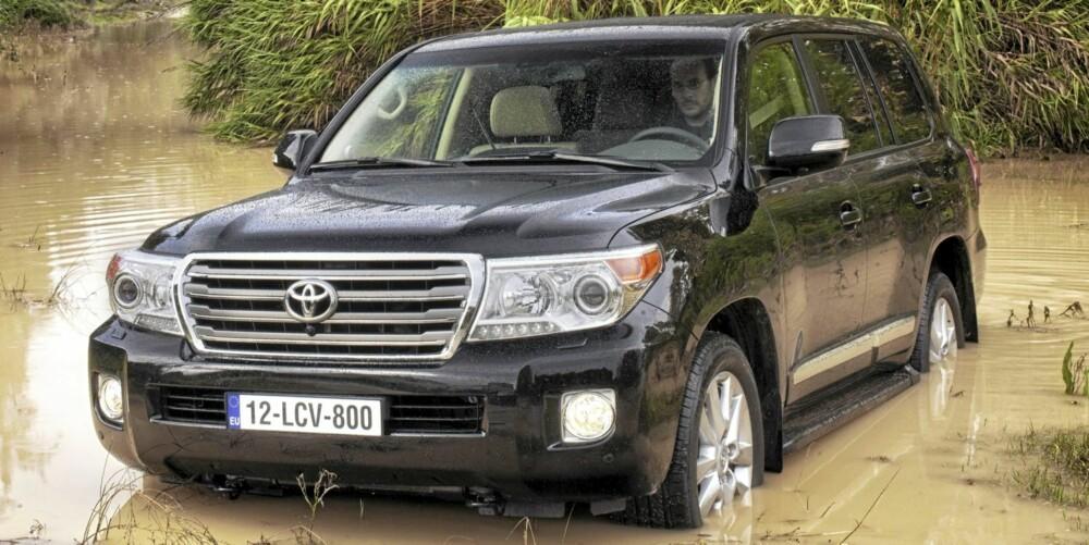 VANNFAST: Toyota Land Cruiser V8 skal takle en vannstand på 70 cm.