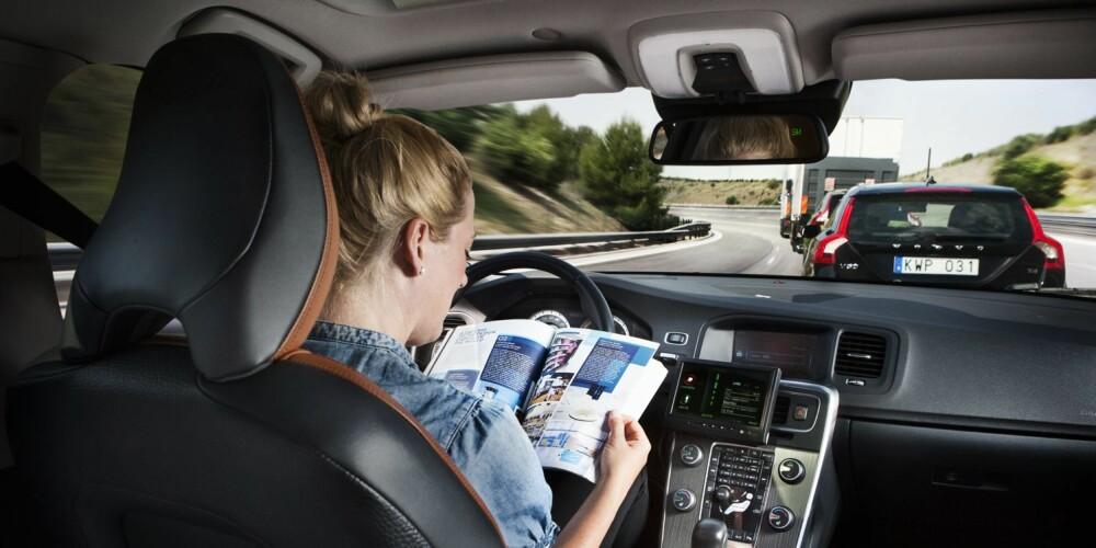 BILTOG: Allerede i dag finnes teknologien for å kjøre i biltog, mens man for eksempel forbereder seg til et møte. FOTO: Volvo