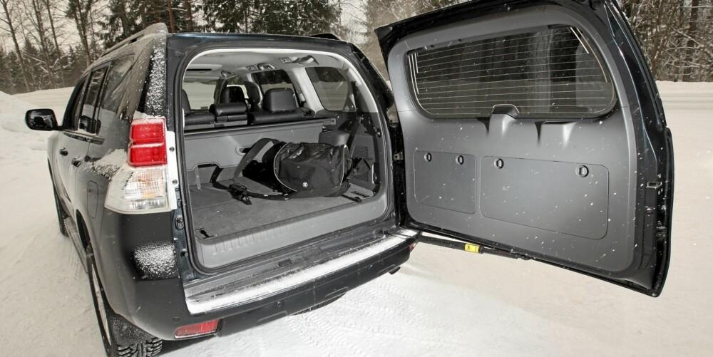 HØYT: Bagasjerommet i sjusetersutgaven av Land Cruiser er stort, men setene i gulvet gjør lasteterskelen høy.