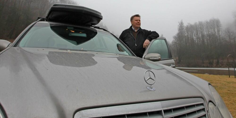 MERCEDES-JAKT: Lars Lyshaug (43) brukte lang tid på FINN før han slo til på en 2005-modell av Mercedes E220 CDI. - Den hadde gått over 430 000 kilometer, men jeg syntes forholdet mellom kvalitet, kilometerstand og pris var riktig, sier Lyshaug som betalt 100 000 kroner for bilen. Foto: Martin Jansen
