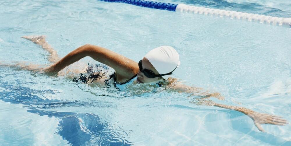 SVØMMETEST: Svømmetesten i opptaksprøven til Politihøgskolen består av 100 m svømming: 75 m på mage og 25 m på rygg.