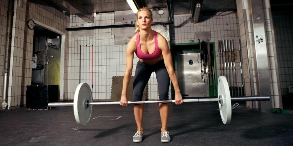 MARKLØFT:  I utgangsposisjonen skal du ha helt bøyde knær og rett rygg. Rumpa kan godt stikke litt ut. Ikke vri armene, tomlene skal peke ned under stanga, ikke opp. Løft med bein og rygg.