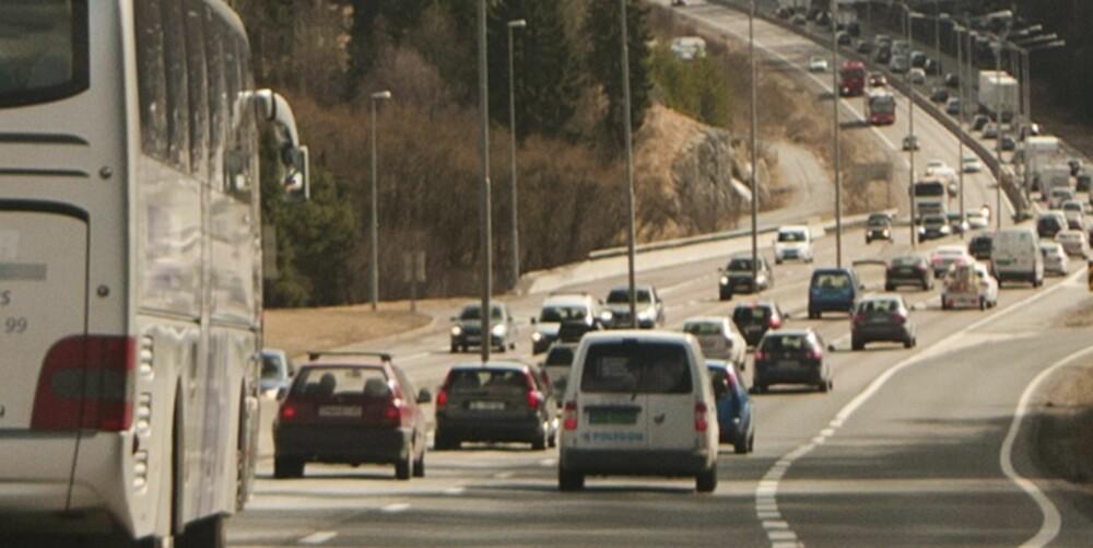 ÅRSAKEN: Det er ikke nødvendigvis antallet biler som forårsaker kø, men mangel på planlegging og flyt hos de som kjører i køen. FOTO: Trafikkvideo.no